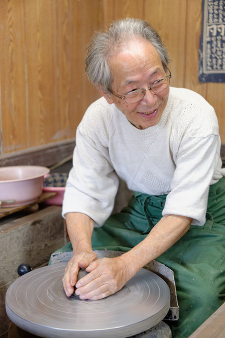 Tozan Kimura, the 17th generation of his family to head the Tokeido Pottery in Imbe, Okyama Prefecture, the centre of Bizen Yaki pottery manufacture.  After a rather awkward discussion, since he speaks virtually no English and I no Japanese he stopped what he was doing and made 3 pots to so us how he works.